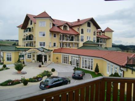 Eingang zum Hotel - Wellnesshotel Jagdhof