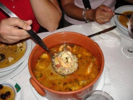 Eine Art Reissuppe mit Fisch und Muscheln - Restaurant O Charneco