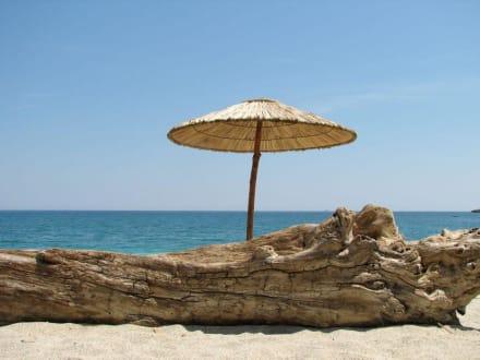 Traumstrand mit Sonnenschirm - Strand Aghios Ioannis