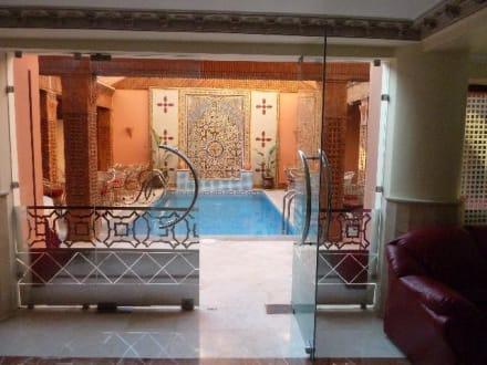 Pool im Innhof zwischen Lobby, Bar und Restaurant - Hotel Corail