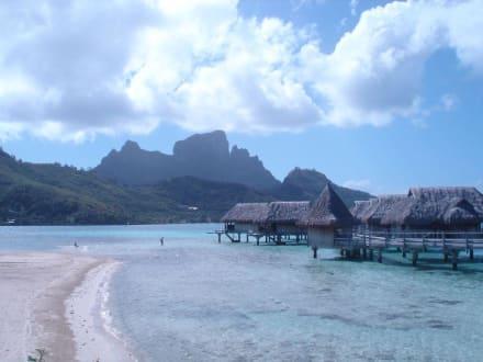 Blick auf Bora Bora - Strand am Motu