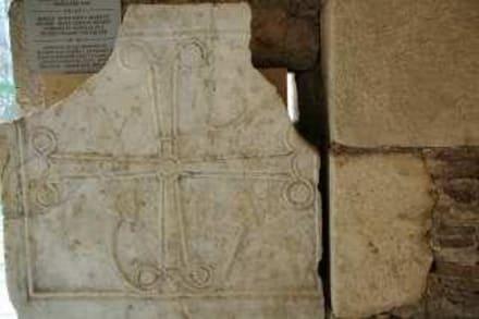 das Ankerkreuz in der Basilika verweist auf - Kirche Hl. Nikolaus
