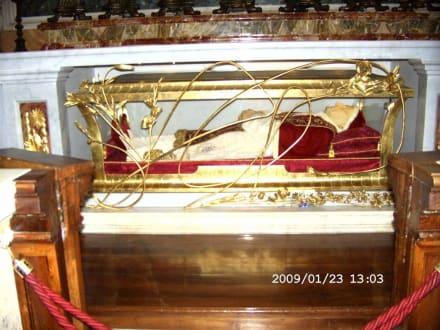 Papst Johannes XXIII balsamiert im Altar sichtbar - Petersdom