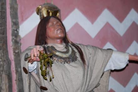 Schamane bei der Totenfeier - Pfahlbauten