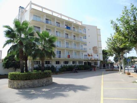 Hotel von der Straße aus gesehen - Hotel Roc Linda