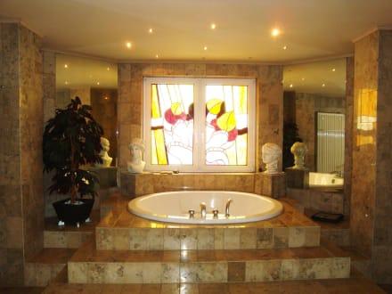luxus badezimmer bild kurhotel quellenhof in bad bertrich rheinland pfalz deutschland. Black Bedroom Furniture Sets. Home Design Ideas