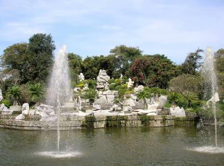 Inmitten ein angelegter See - The Million Years Stone Park & Crocodile Farm