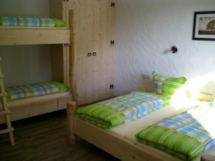 schnuckliges schlafzimmer f r vier personen bild. Black Bedroom Furniture Sets. Home Design Ideas