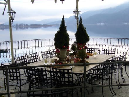 Terrasse 2 mit weihnachtsdeko bild hotel schloss seefels for Weihnachtsdeko terrasse