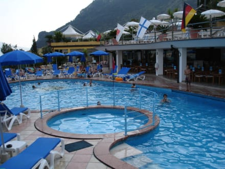 Der obere (warme) Pool mit Poolbar - Hotel Cristina