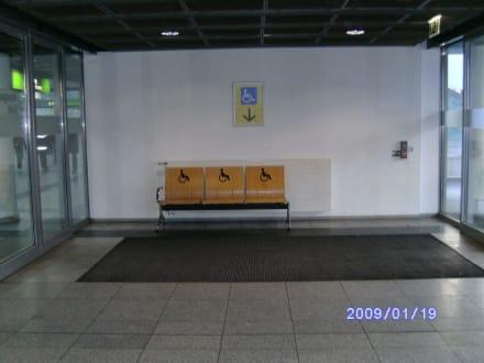 Sitzgelegenheit im Eingang - Flughafen Dortmund (DTM)