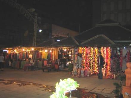 Mehrere Stände in einer Seitenstrasse. - Nachtmarkt