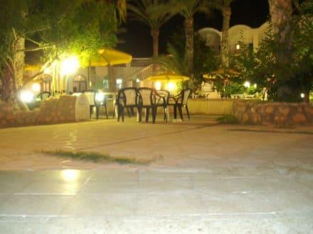 Der romantische Innenhof am Abend des Strandhotels - Strandhotel  (existiert nicht mehr)