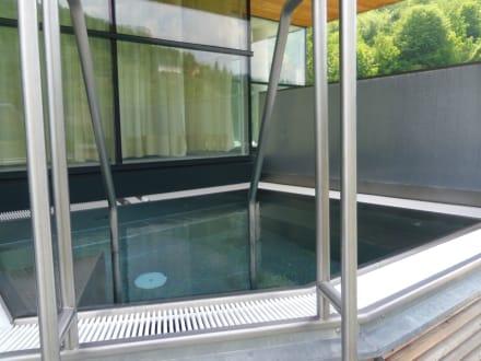 berdachtes whirlpool im freien bild steigenberger hotel. Black Bedroom Furniture Sets. Home Design Ideas