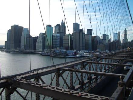 Blick auf die Skyline von Manhatten  - Brooklyn Bridge