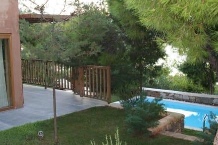 der kleine garten mit pool bild grecotel exclusive resort cape sounio in kap sounio athen. Black Bedroom Furniture Sets. Home Design Ideas