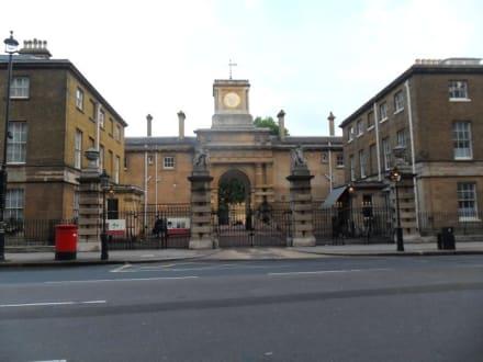 Eingang zu den Stallungen genau gegenüber - Hotel Rubens at the Palace