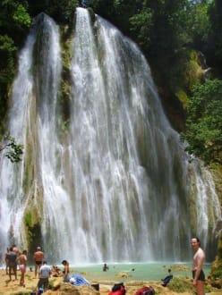 Baden am Fusse des Wasserfalls - Wasserfall Saltos de Limon