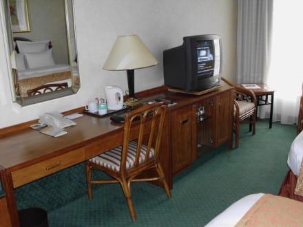 einrichtung alt aber ok bild renaissance d sseldorf. Black Bedroom Furniture Sets. Home Design Ideas