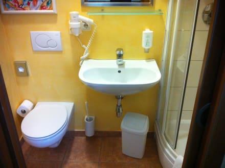 bad wc dusche auf kleinstem raum bild hotel schachner in maria taferl nieder sterreich. Black Bedroom Furniture Sets. Home Design Ideas