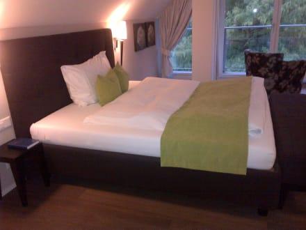 bequemes bett bild hotel schloss h nigen in konolfingen schweizer mittelland schweiz. Black Bedroom Furniture Sets. Home Design Ideas
