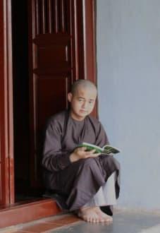 Mönch im Tempel - Parfümfluss Huong Giang