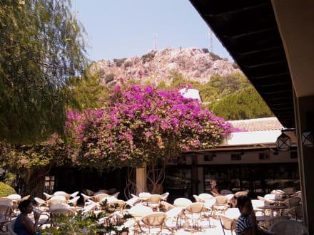 Вид на гору в турецком кафе -