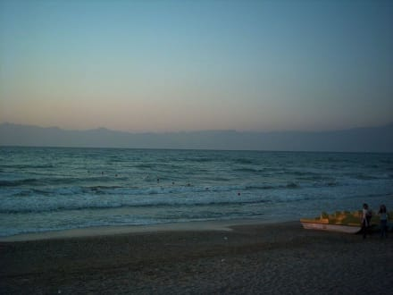 Strand am Abend. Sehr schön. - Strand Acharavi