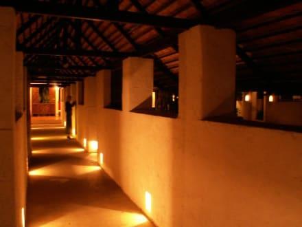Tamarind: Abendstimmung an der Rezeption - Hotel Tamarind Village