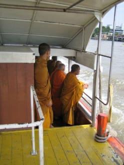 Eine Gruppe von Mönche auf unserem Schiff. - Chao Phraya River