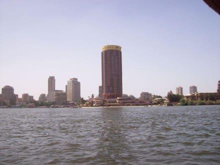 IM Hintergrund das Hotel Sofitel - Bootstour auf dem Nil