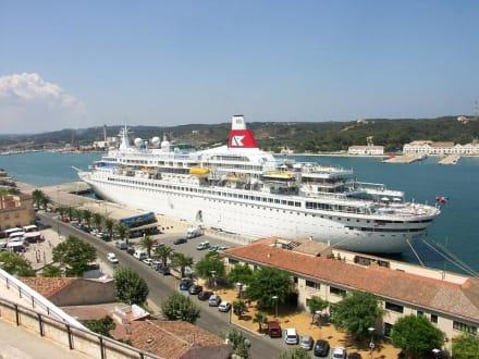 Kreuzfahrtschiff im Hafen von Mahon - Hafen Mahon