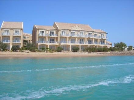 Hotelanlage vom Boot aus gesehen - Lagunenfahrt durch El Gouna