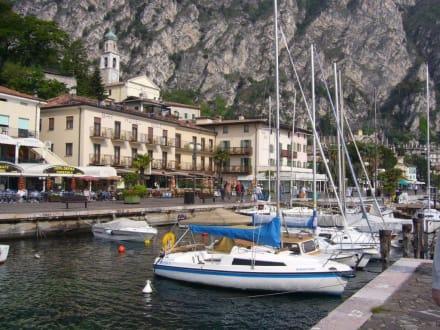 Promenade und Segelboothafen in Limone - Hafen Limone