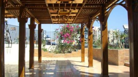 Schöner Pavillion an der Moschee - Aldahaar Moschee