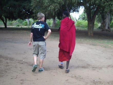 Auf Erkundungstour mit dem Massaikrieger vom Camp - Tsavo Ost Nationalpark