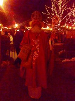 Nikolaus am Christkindlmarkt am  Chinesischen Turm - Weihnachtsmarkt Chinesischer Turm