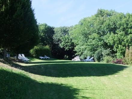 Teil der Parkanlage unterhalb des Nebengebäudes - Schlosshotel Eyba