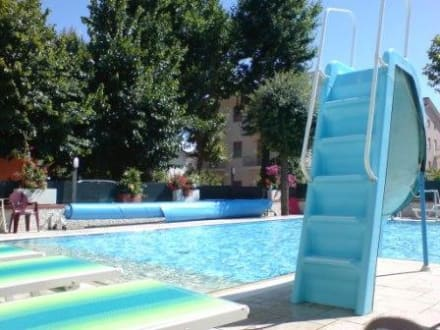 pool mit rutsche bild hotel giamaika in cesenatico adria italien. Black Bedroom Furniture Sets. Home Design Ideas
