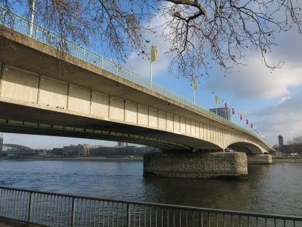 Die Deutzer Brücke führt zur Altstadt - Altstadt Köln