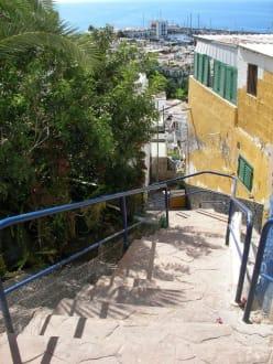 Blick die Altstadttreppen hinunter Richtung Hafen - Altstadt Puerto de Mogán