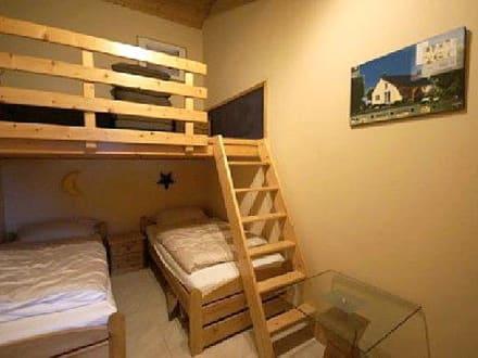 kinderzimmer mit 2 betten und spielbereich oben bild feriendorf sehestedt in jade. Black Bedroom Furniture Sets. Home Design Ideas
