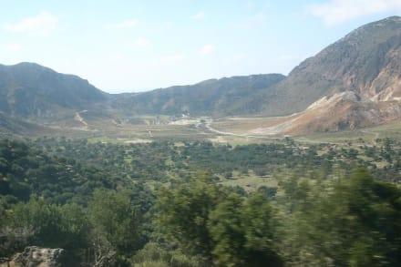 Krater ( Mitte ) aus der Ferne - Vulkankrater auf Nisyros