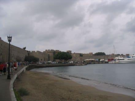 Die Stadtmauer von der Altstadt - Meeres Tor / Thalassini Tor