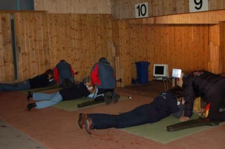 Übung macht den Meister - Trainingshalle der Biathleten