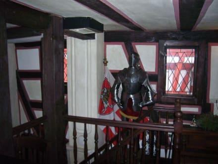 Ritterrüstung als Dekoration am Treppenaufgang - Restaurant Zum Burgkeller