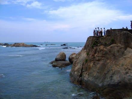Sprung von den Klippen - Strand Galle