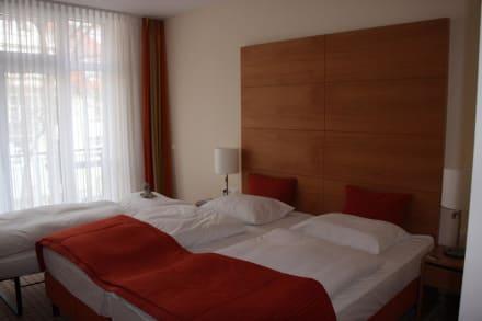 Doppelbett mit beistellbett bild park hotel h bner in for Hotel warnemunde angebote