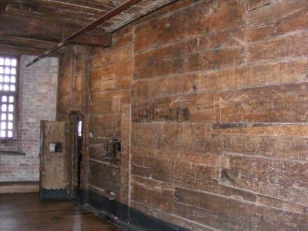 Maritimmuseum: Gefängniswände aus Eichenholz - Maritim-Museum