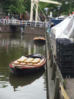 Transport auf dem Wasserweg - Käsemarkt